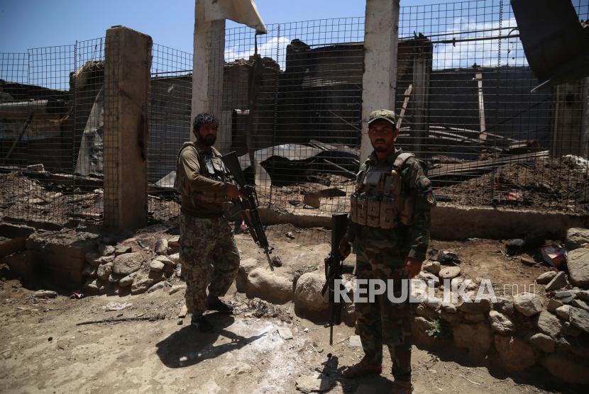 Pejabat keamanan Afghanistan berpatroli di sebuah desa setelah mereka membersihkan daerah militan Taliban di distrik Achin di provinsi Nangarhar, Afghanistan, 31 Mei 2021 (dikeluarkan 01 Juni 2021).