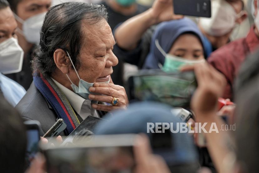 Pengacara Rizieq Shihab, Alamsyah Hanafiah menjawab pertanyaan wartawan usai mengikuti sidang perdana atas kasus pelanggaran protokol kesehatan dengan terdakwa mantan Pemimpin Front Pembela Islam Rizieq Shihab yang digelar secara virtual di Pengadilan Negeri Jakarta Timur, Selasa (16/3). Ketua Majelis Hakim Pengadilan Negeri Jakarta Timur Suparman Nyompa memutuskan menunda sidang dakwaan akibat terkendala teknis, dan akan dilanjutkan pada Jumat 19 Maret 2021 mendatang. Republika/Thoudy Badai