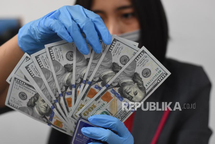 Petugas menata mata uang dolar AS di salah satu gerai penukaran uang asing di Jakarta (ilustrasi). ANTARA FOTO/Indrianto Eko Suwarso/hp.