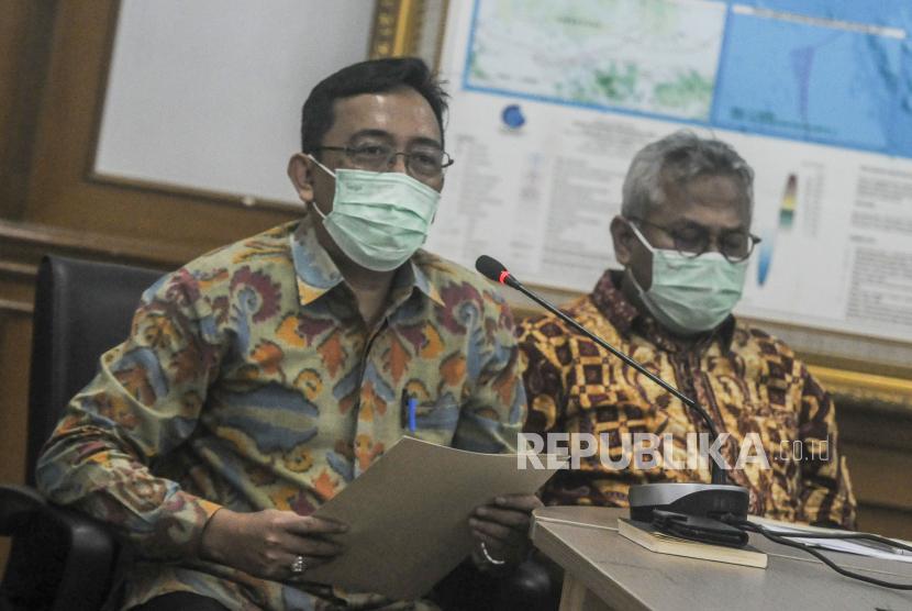 Anggota KPU  I Dewa Kade Wiarsa Raka Sandi (kiri)
