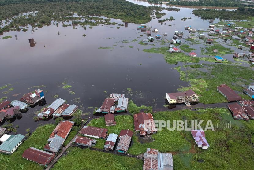 Foto udara permukiman warga terendam banjir di Jalan Anoi, Palangkaraya, Kalimantan Tengah, Rabu (15/9/2021). Berdasarkan data Badan Penanggulangan Bencana Daerah (BPBD) setempat, banjir yang dipicu akibat luapan Sungai Kahayan tersebut merendam 13 kelurahan di wilayah itu dan berdampak pada 3.383 KK atau 7.547 jiwa terdampak banjir.