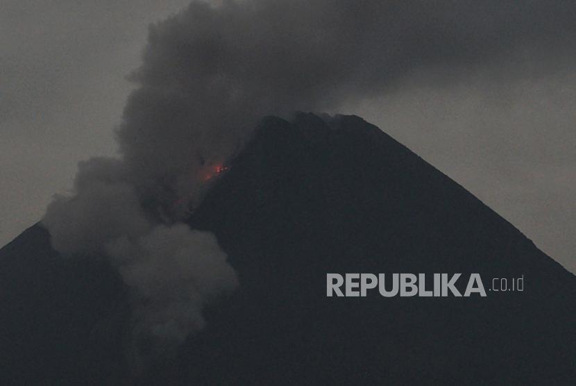 Gunung Merapi mengeluarkan awan panas guguran dipotret dari Turi, Sleman, D.I Yogyakarta, Selasa (25/5/2021). Menurut data BPPTKG periode pengamatan pukul 00:00-06:00 WIB secara visual Gunung Merapi yang saat ini berada pada tingkat aktivitas level III (siaga) tersebut teramati mengalami empat kali guguran lava pijar dengan jarak luncur sekitar 1.500 meter ke arah barat daya.