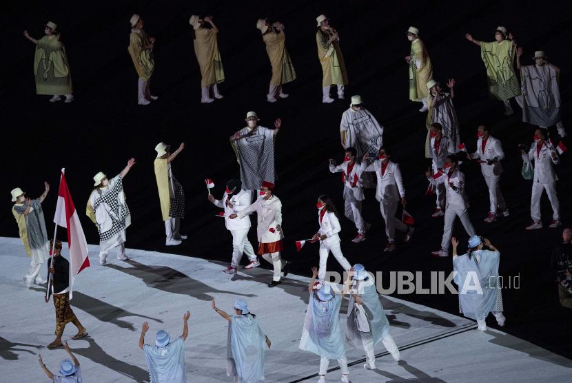 Kontingen Indonesia mengikuti defile dalam pembukaan Olimpiade Tokyo 2020 di Stadion Nasional Jepang,Tokyo, Jepang, Jumat (23/7/2021).