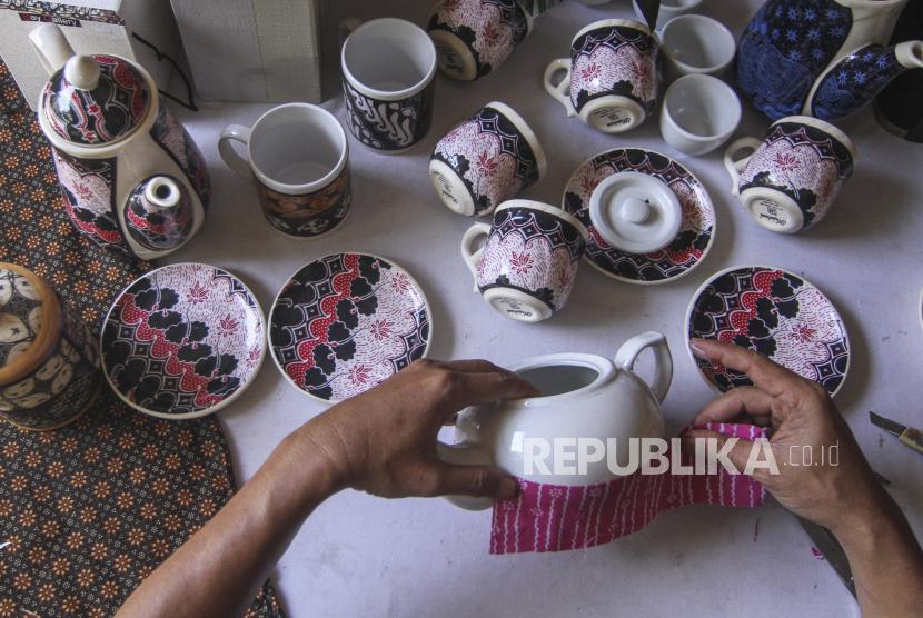 Perajin menyelesaikan pembuatan batik rekat pada media teko di Say Galery, Sukmajaya, Depok, Jawa Barat, Ahad (13/6/2021). Kerajinan batik rekat yang diaplikasikan ke berbagai media seperti gelas, cangkir, teko dan piring tersebut dijual dengan harga Rp100 ribu hingga Rp700 ribu tergantung tingkat kesulitan.