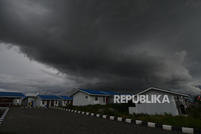 Awan tebal menyelimuti langit di kawasan hunian tetap penyintas bencana gempa dan tsunami di Palu, Sulawesi Tengah, Kamis (12/8/2021). BMKG mengimbau warga untuk waspada terhadap potensi hujan lebat disertai petir dan angin kencang yang berpotensi melanda sejumlah wilayah di Sulawesi Tengah.