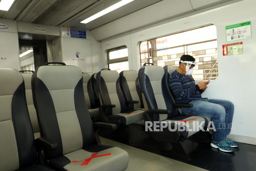 Seorang penumpang duduk di dalam kereta api di Stasiun Besar Medan, Sumatera Utara