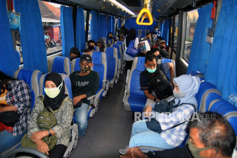 Sejumlah penumpang duduk di dalam bus bantuan Kementerian Perhubungan (ilustrasi).