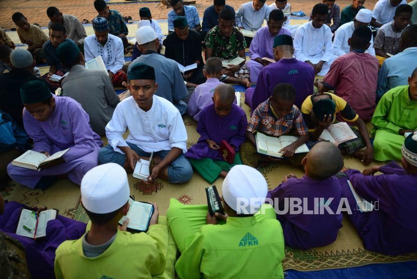 Santri  Pondok Pesantren Nuu Waar saat mengaji dalam rangka kegiatan Khatam AL-Quran 2500 Kali Santri  di  pondok pesantren Nuu Waar, Bekasi, Jawa Barat, Rabu (13/6).