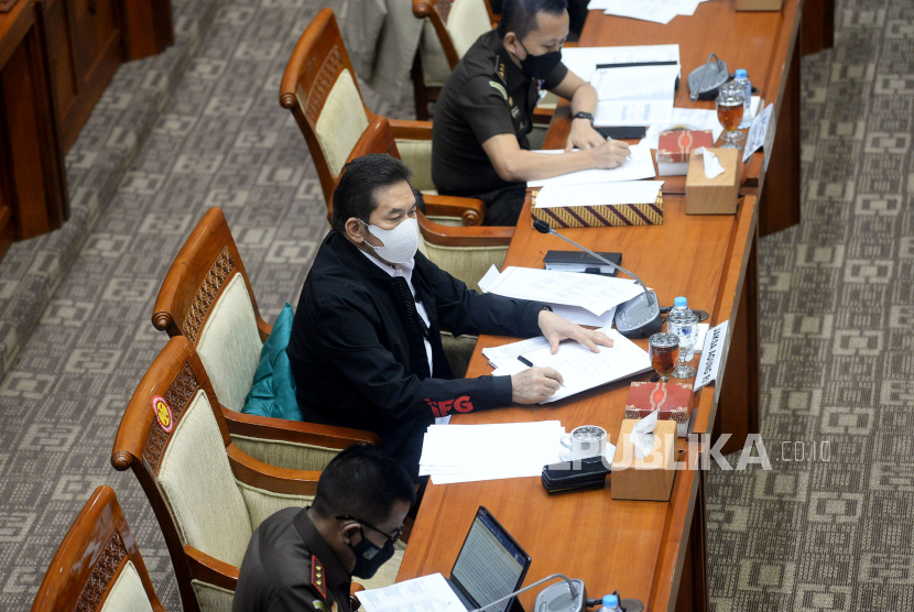 Jaksa Agung ST Burhanuddin mengikuti rapat kerja dengan Komisi III DPR di Kompleks Parlemen, Senayan, Jakarta, Senin (14/6). Raker tersebut membahas penanganan kasus yang menarik perhatian publik dan koordinasi yang dilakukan dengan Lembaga terkait serta pola penataan organisasi dan tata kerja Kejaksaan RI dan evaluasi pelaksanaan Peraturan Jaksa Agung No.15/2020.
