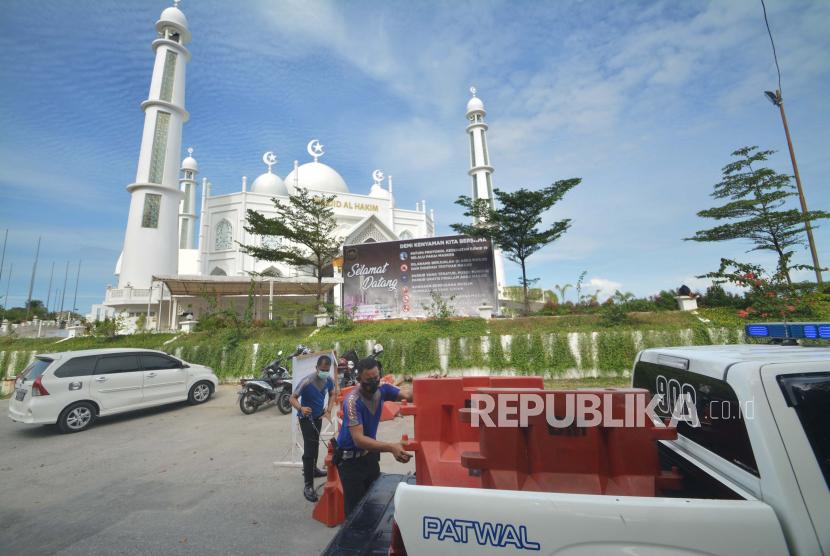 Personel kepolisian membuka pembatas jalan untuk penyekatan di objek wisata Pantai Padang, Sumatera Barat.  Kepala Kantor Perwakilan Bank Indonesia (BI) Sumatra Barat, Wahyu Purnama, mengatakan Sumbar tercatat mengalami deflasi yang rendah pada Juli 2021. Berdasarkan Berita Resmi Statistik yang dirilis oleh Badan Pusat Statistik (BPS), perkembangan Indeks Harga Konsumen (IHK) umum di Sumatra Barat pada Juli 2021 tercatat mengalami deflasi sebesar 0,09 persen mtm, atau membaik dibandingkan realisasi Juni 2021 yang deflasi sebesar 0,17 persen mtm.