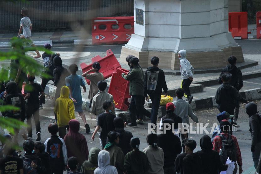Sejumlah peserta aksi melakukan perusakan pembatas jalan saat aksi menolak Pemberlakuan Pembatasan Kegiatan Masyarakat (PPKM) oleh massa gabungan pelajar, mahasiswa, pedagang dan ojol di Kawasan Balai Kota, Jalan Wastukancana, Kota Bandung, Rabu (21/7). Mereka berharap pemerintah segera menghentikan PPKM, karena kebijakan tersebut dianggap telah menyengsarakan rakyat.