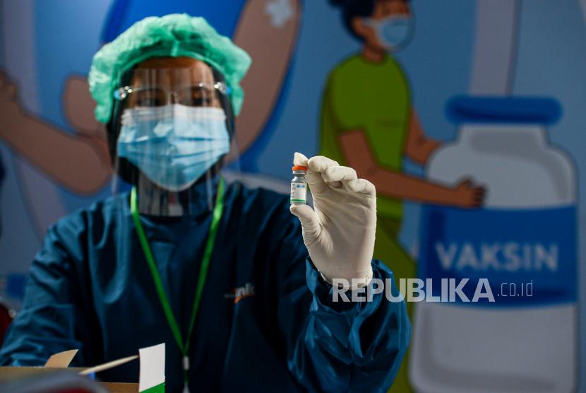 Tenaga Kesehatan menunjukan vaksin Covid-19 Sinopharm (ilustrasi)