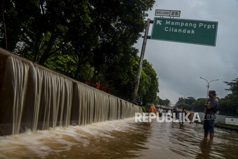 Limpahan air yang merendam ruas Tol TB Simatupang, Jakarta Selatan, Sabtu (20/2). Banjir yang disebabkan tingginya curah hujan tersebut menyebabkan kemacetan panjang di ruas tol tersebut. Republika/Putra M. Akbar