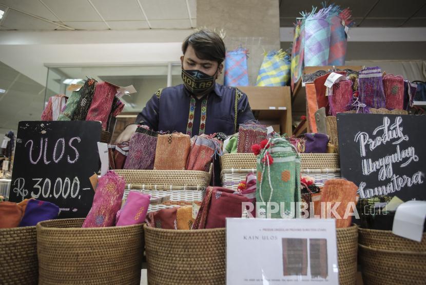 Petugas merapikan susunan produk UMKM yang ditawarkan (ilustrasi), Menteri Koperasi dan Usaha Kecil Menengah (UKM) Teten Masduki menyebutkan pembiayaan kredit perbankan UMKM di Indonesia baru mencapai 19,97 persen dari total 99 persen UMKM yang ada di Indonesia.