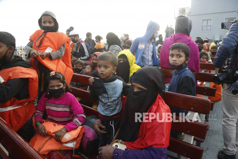 Sekelompok pengungsi Rohingya di atas kapal angkatan laut saat mereka pindah ke Pulau Bhashan Char, di Chittagong, Bangladesh 29 Desember 2020. Kelompok kedua pengungsi Rohingya dipindahkan ke pulau Bhashan Char di bawah distrik Noakhali.
