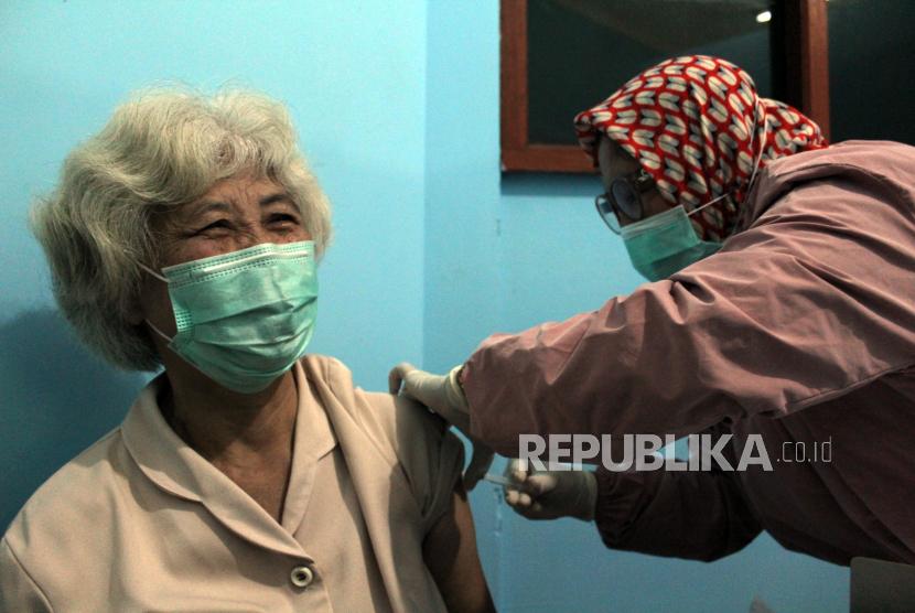 Petugas kesehatan menyuntikkan vaksin COVID-19 tahap kedua untuk warga lanjut usia (lansia) di UPT Puskesmas Ciampea, Kabupaten Bogor, Jawa Barat, Selasa (9/3/2021). Pemerintah Kabupaten Bogor telah menerima sebanyak 7.700 vaksin COVID-19 tahap kedua untuk lansia dan pelayan publik sebagai upaya mendorong percepatan program vaksinasi nasional demi mencapai target satu juta vaksin per bulan.
