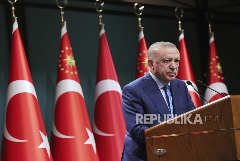 Presiden Turki Recep Tayyip Erdogan menyebut jutaan orang alami depresi dan menderita trauma karena berita palsu.