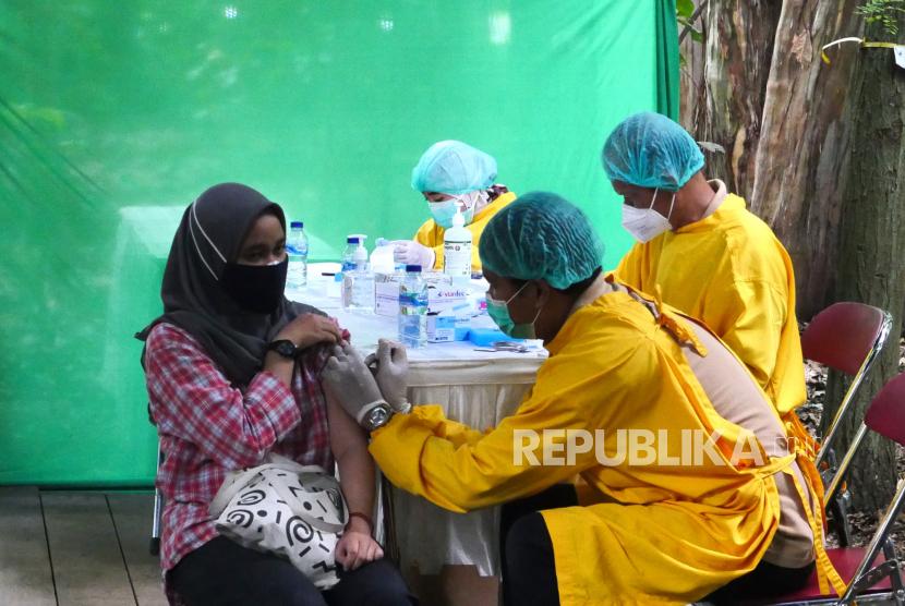 Tenaga kesehatan menyuntik vaksin Covid-19 mahasiswa saat vaksinasi Covid-19 massal di Hutan Laboratorium Fakultas Kehutanan UGM, Yogyakarta, Jumat (23/7). Sebanyak 500 mahasiswa Fakultas Kehutanan UGM menjadi target vaksinasi massal.