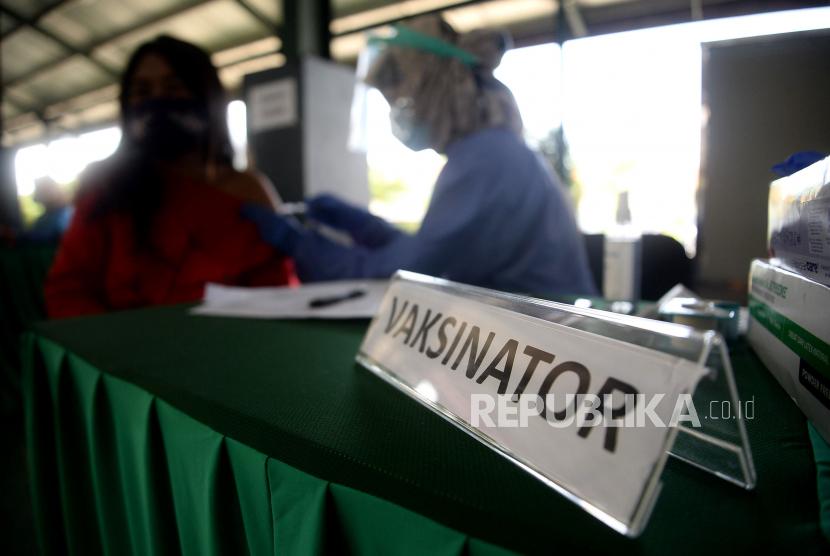 Petugas kesehatan menyuntikan vaksin Covid-19 kepada warga di Pondok Pesantren Minhaajurrosyidiin di Jakarta, Senin (21/6). Pelaksanaan Vaksinasi Covid-19 yang akan diadakan oleh DPP LDII bekerja sama dengan Dinkes DKI Jakarta dan Ponpes Minhaajurrosyidiin tersebut diberikan kepada para santri, pengurus poondok pesantrean dan warga dengan kuota 500-700 perhari yang dimulai dari tanggal 14-27 Juni 2021.  Prayogi/Republika.