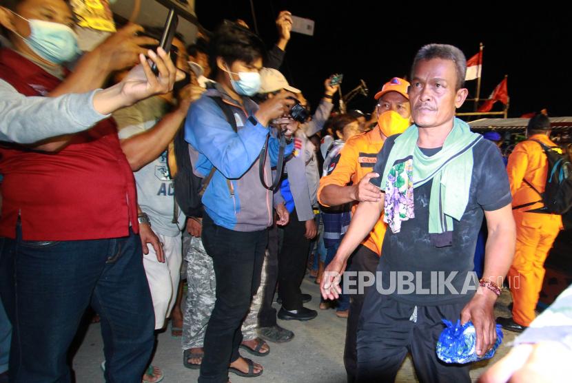 Sejumlah ABK KM Barokah Jaya yang selamat tiba di pelabuhan ikan Eretan wetan, Kandanghaur, Indramayu, Jawa Barat. Namun hingga kini 13 ABK masih belum ditemukan dan tim SAR menyatakan pencarian ditutup. (ilustrasi)