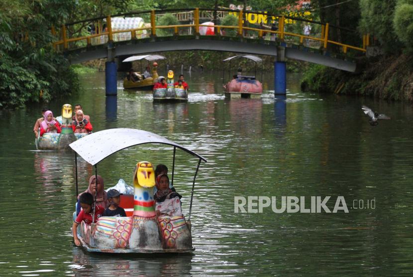 Wahana sepeda air di Ekowisata Boonpring Andeman, Malang, Jawa Timur. Pemerintah Kota (Pemkot) Malang belum mengeluarkan kebijakan terkait pengoperasian tempat wisata selama liburan Idul Fitri mendatang. (ilustrasi).