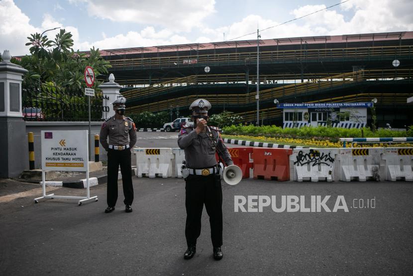 Polisi melakukan sosialisasi kepada pengguna jalan saat penutupan jalan kawasan Malioboro, Yogyakarta, Senin (5/7/2021). Sosialisasi penutupan jalan di kawasan Malioboro tersebut untuk mengurangi kerumunan selama penerapan PPKM Darurat hingga 20 Juli 2021.