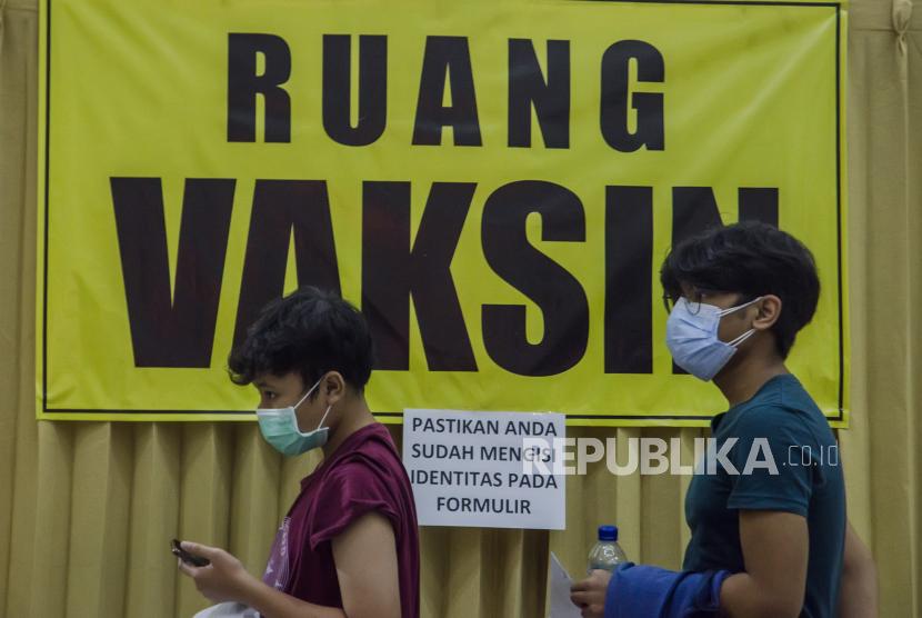 Dua anak berusia 12-17 tahun mengantre untuk vaksinasi massal COVID-19 di Kampus Itenas, Bandung, Jawa Barat, Jumat (23/7/2021). Sedikitnya 12 ribu anak usia rentang 12-17 tahun menerima suntikkan dosis pertama vaksin COVID-19 dari kegiatan vaksinasi massal yang digelar oleh Kodam III Siliwangi dan Kampus Itenas selama lima hari dengan target 30 ribu peserta guna percepatan terbentuknya kekebalan kelompok di Indonesia.