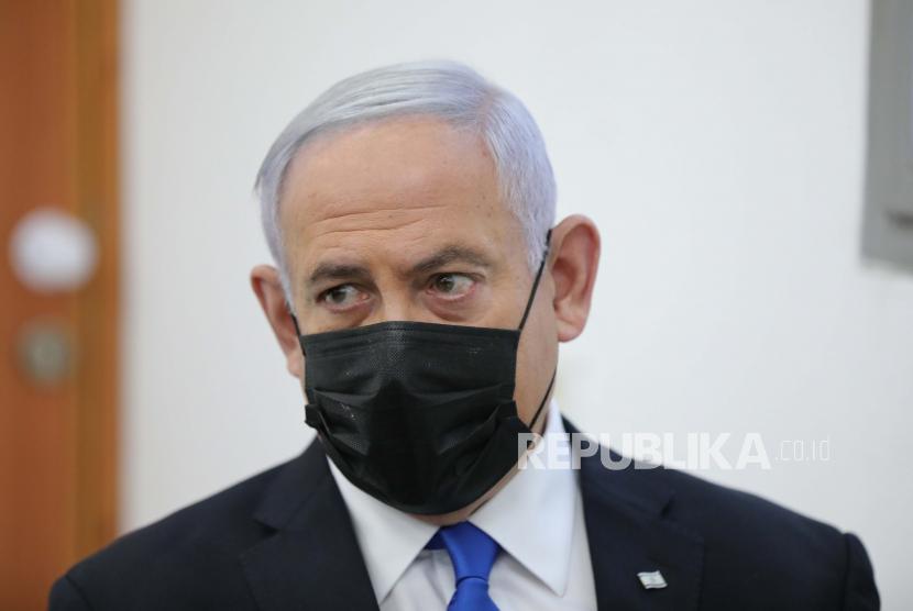 Bertemu AS, Israel Sebut Iran Sebagai Rezim Fanatik. Perdana Menteri Israel Benjamin Netanyahu (kiri) menghadiri tahap pembuktian persidangannya atas dugaan kejahatan korupsi, di pengadilan distrik Yerusalem, di Salah El-Din, Yerusalem Timur, 05 April 2021.