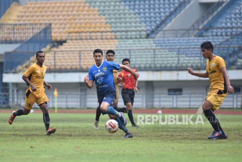 Esteban Vizcarra mengontrol bola pada laga latihan antara Persib Bandung dan Tim Porda Kota Bandung di Gelora Bandung Lautan Api, Bandung, Sabtu (20/3).