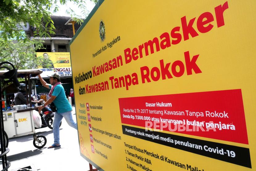 Baliho tanda larangan rokok dan wajib masker dipasang di jalur pedestrian Malioboro, Yogyakarta