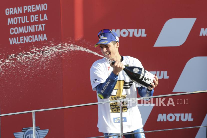 Juara Dunia 2020, pebalap Spanyol Joan Mir dari Tim SUZUKI ECSTAR merayakan selesainya balapan MotoGP pada Grand Prix Valencia di Sirkuit Ricardo Tormo di Valencia, Spanyol, Minggu, 15 November 2020.