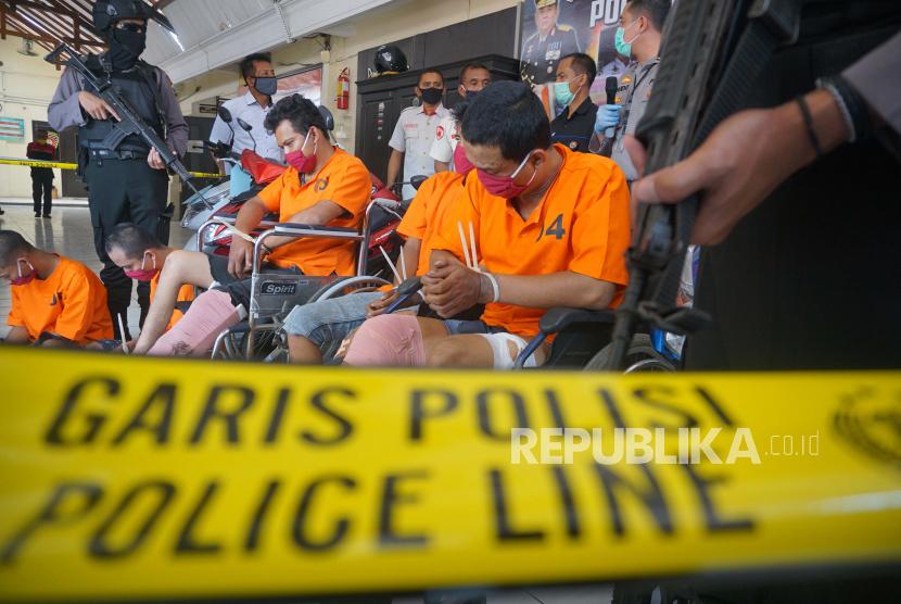Polisi merilis penangkapan kembali narapidana asimilasi karena terlibat aksi pencurian sepeda motor di Mapolres Tulungagung, Tulungagung, Jawa Timur, Rabu (22/4/2020). Dua dari tiga residivis yang berhasil ditangkap ini (satu residivis lain masih buron) diketahui baru bebas bersyarat dari LP Klas IIB Tulungagung melalui program asimilasi khusus dampak Pandemi COVID-19 pada 6 April dan sudah lima kali terlibat aksi pencurian sepeda motor di seputar wilayah Tulungagung