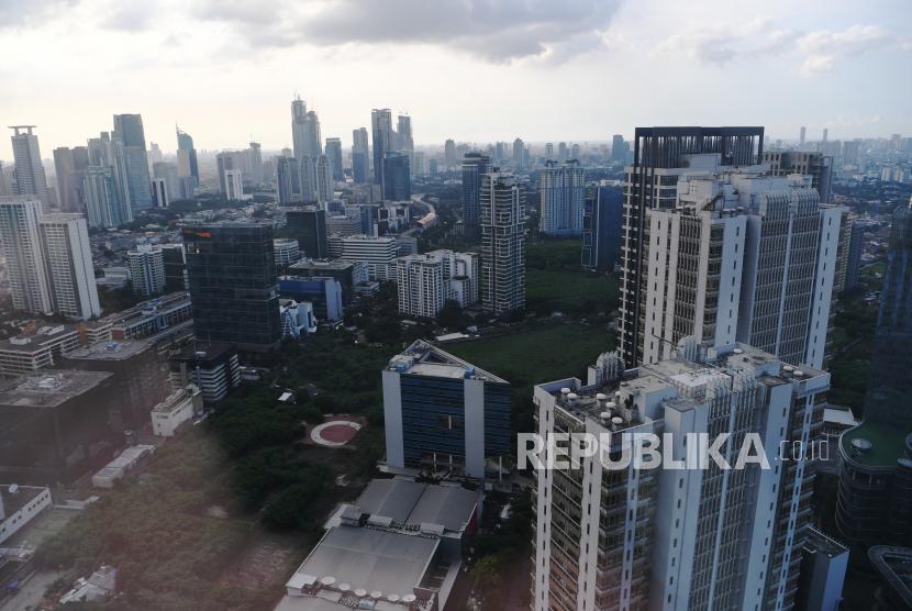 Suasana gedung bertingkat perkantoran di Jakarta, Jumat (25/6/2021). Direktur Riset CORE Indonesia Piter Abdullah mengatakan pertumbuhan ekonomi Indonesia kuartal II 2021 yang diproyeksikan pemerintah sebesar 7,1-8,3 persen sulit dicapai karena diberlakukannya pengetatatan Pembatasan Kegiatan Masyarakat (PPKM) skala mikro akibat melonjaknya kasus COVID-19 khususnya di Jakarta, sehingga diharapkan masyarakat tetap menerapkan disiplin protokol kesehatan.