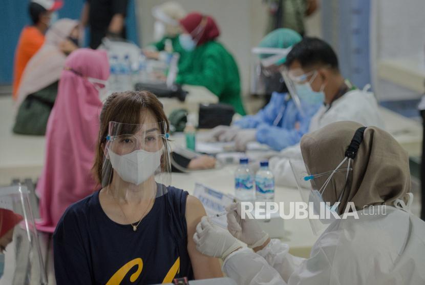 Vaksinator menyuntikan vaksin Covid-19 kepada pedagang Pasar Tanah Abang di Pasar Tanah Abang, Jakarta, Rabu (17/2).