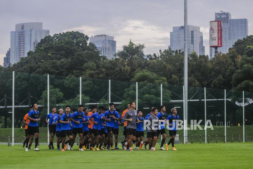 Sejumlah pesepakbola Timnas Indonesia U-23 melaksanakan sesi latihan di Lapangan D Stadion Gelora Bung Karno, Jakarta, Rabu (10/2). Latihan tersebut dalam rangka persiapan jelang mengikuti perhelatan Sea Games ke-31 yang diselenggarakan di Hanoi, Vietnam. Republika/Putra M. Akbar