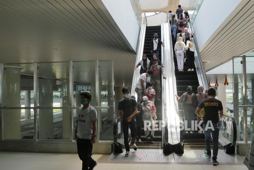 Pemerintah Tetapkan Hari Libur Nasional 2022 16 Hari Penumpang pesawat di terminal kedatangan Bandara Internasional Yogyakarta (YIA), Kulonprogo.