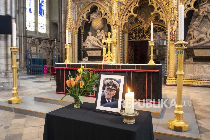 Sebuah foto Pangeran Philip dari Inggris, Duke of Edinburgh, dipajang di samping nave di Westminster Abbey, London, Sabtu 10 April 2021, Mendiang Pangeran Philip akan dimakamkan pada Sabtu (17/4) di St George's Chapel, Inggris.