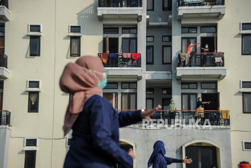 [Ilustrasi] Tenaga kesehatan memimpin senam kebugaran untuk pasien COVID-19 yang sedang menjalani isolasi di Gedung BLK, Manggahang, Kabupaten Bandung, Jawa Barat, Ahad (13/6/2021).