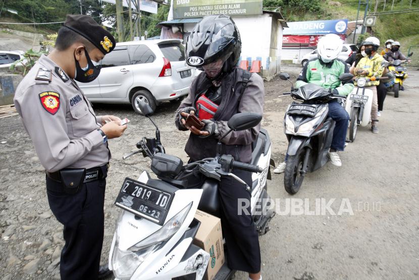 Personel gabungan Polri, TNI, Dishub dan Sat Pol PP memeriksa kendaraan warga di perbatasan Cianjur dan  Bogor, Kabupaten Cianjur, Jawa Barat. (ilustrasi)