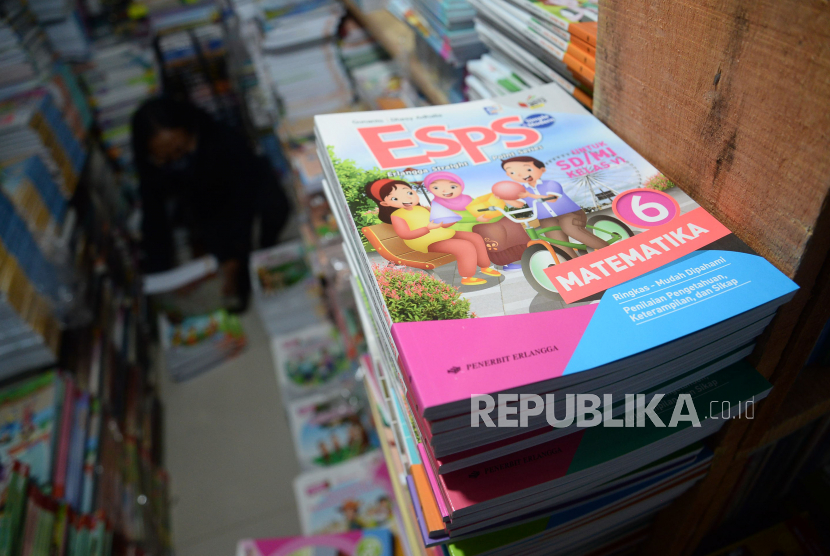 Penjual buku menata buku pelajaran yang dijualnya di Pasar Kenari, Jakarta, beberapa waktu lalu. (ilustrasi)