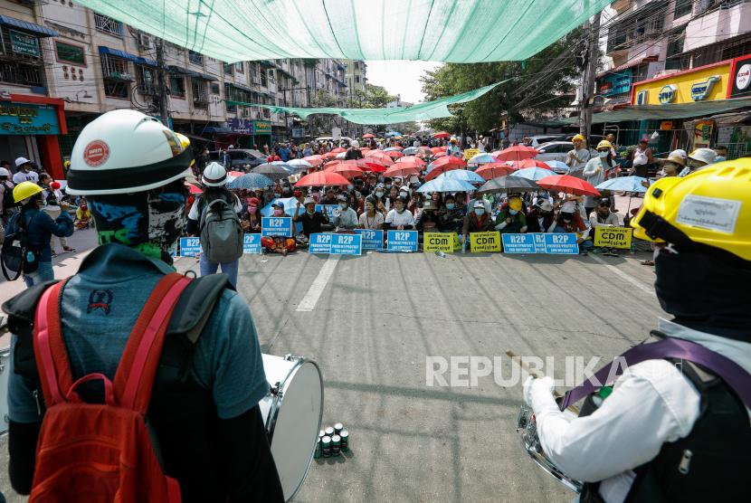 Demonstran berkumpul selama protes terhadap kudeta militer di Yangon, Myanmar, Kamis (18/3). Protes anti-kudeta terus berlanjut meskipun tindakan keras terhadap demonstran semakin intensif oleh pasukan keamanan.