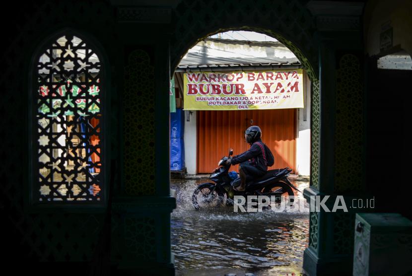 Kendaraan melintasi banjir di Jalan Pramuka, Depok, Jawa Barat, Kamis (23/9). Banjir tersebut akibat sampah yang menumpuk di aliran Kali Licin yang terdapat di kolong jembatan jalan perempatan Mampang, Depok.