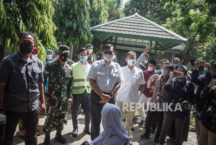 Menko Kemaritiman dan Investasi Luhut Binsar Pandjaitan (keempat kiri) dan Menteri Kesehatan Budi Gunadi Sadikin (kelima kiri) didampingi Wali Kota Solo Gibran Rakabuming Raka (ketiga kiri) meninjau pelaksanaan Vaksinasi COVID-19 bagi pelajar di SMA Negeri 1 Surakarta, Solo, Jawa Tengah, Kamis (5/8/2021). Pemkot Solo menargetkan 70 ribu pelajar SMP hingga SMA usia 12-17 tahun menjadi sasaran program vaksinasi COVID-19 untuk meningkatkan kesiapan menghadapi pembelajaran tatap muka saat sekolah sudah kembali dibuka.