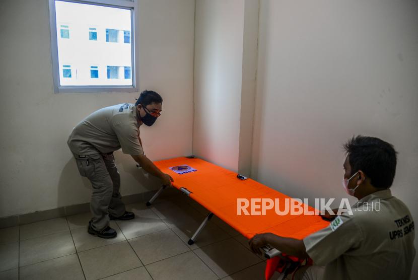 Petugas saat menyiapkan bed untuk penanganan Covid-19 (ilustrasi).