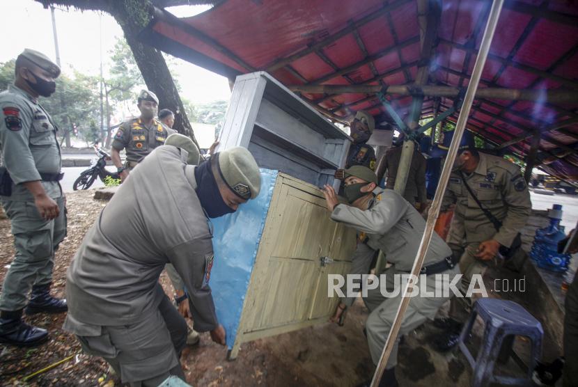 Petugas Satpol PP membongkar bangunan pedagang kaki lima (PKL) saat penertiban di kawasan pedestrian Jalan Alternatif Sentul, Kabupaten Bogor, Jawa Barat. (ilustrasi)