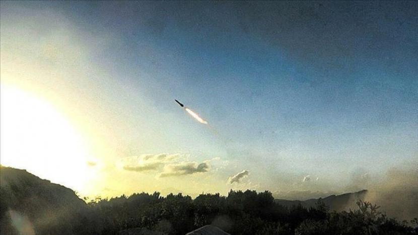 Korea Utara menembakkan rudal jarak pendek ke laut lepas pantai timurnya
