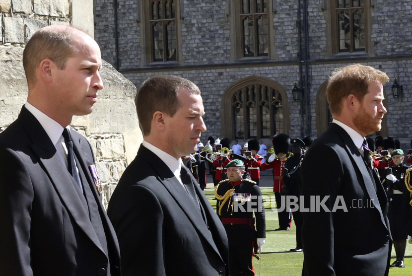 Dari kiri, Pangeran William, Peter Phillips dan Pangeran Harry berjalan dalam prosesi di belakang peti mati Pangeran Philip, saat pemakaman Pangeran Philip Inggris di dalam Kastil Windsor di Windsor, Inggris, Sabtu, 17 April 2021.