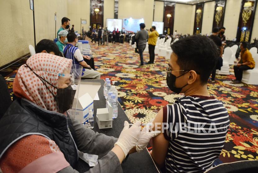 Vaksinasi Covid-19 di Bandung Digelar Kembali Sabtu Esok. Sebanyak 3.020 ribu pelaku budaya, pariwisata dan ekonomi kreatif (Buparekraf) di Kota Bandung menjalani vaksinasi Covid-19 di Trans Convention Center, Kota Bandung, Selasa (4/5). Kegiatan tersebut sebagai salah satu upaya melindungi semua unsur pariwisata di Kota Bandung dari pandemi Covid-19.