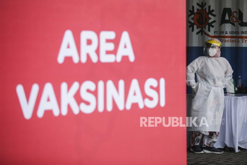 Seorang petugas kesehatan beristirahat selama program vaksinasi drive-through di Jakarta, Indonesia, 03 Maret 2021. Indonesia telah memulai tahap kedua dari kampanye vaksinasi COVID-19 nasional karena negara mencatat lebih dari satu juta kasus dengan lebih dari tiga puluh kasus. ribuan kematian, jumlah tertinggi di Asia Tenggara.