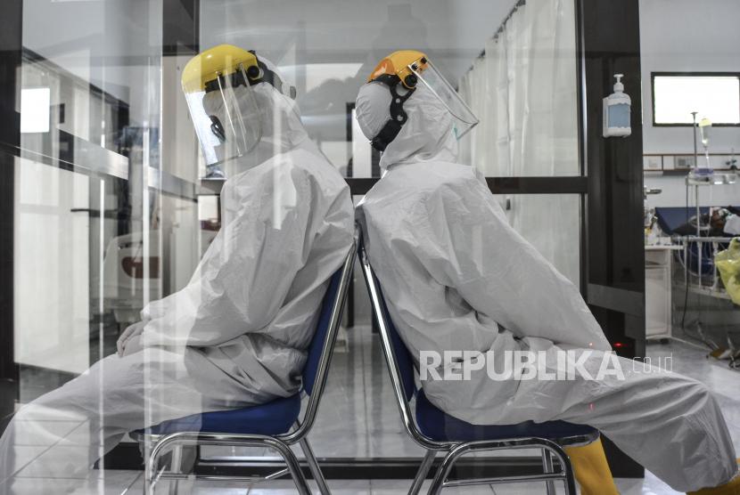 Dua orang tenaga kesehatan beristirahat sejenak saat menunggu pasien di ruang isolasi COVID-19 Rumah Sakit Umum (RSU) Dadi Keluarga, Kabupetan Ciamis, Jawa Barat. BOR rumah sakit di Jawa Barat terus menurun setelah penerapan PPKM.